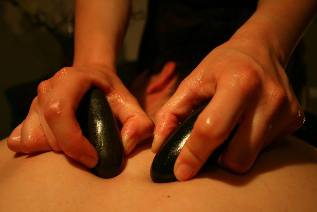 masage du dos avec des pierres chaudes
