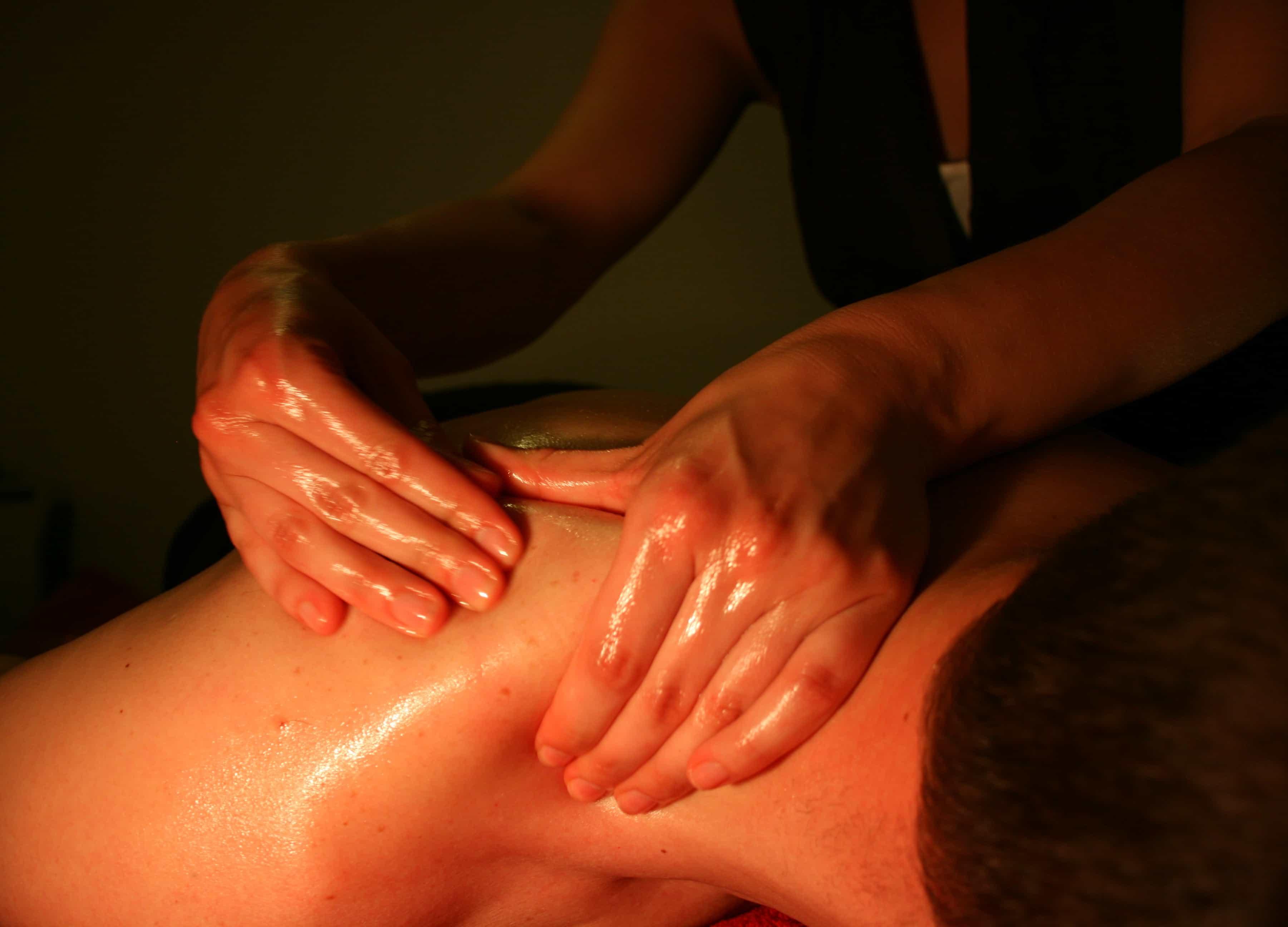 Massage Classique mouvement sur les épaules